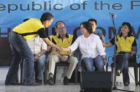Mar Roxas, PNoy, Pineda and Leni Robredo in Pampanga recently. Photo by Inquirer
